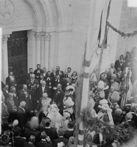 Das deutsche Kaiserpaar 1898 vor der Jerusalemer Erlöserkirche; D.Gustav Nebe das Herrscherpaar vor dem Kirchenportal empfangend, in der ersten Reihe 2. V.li.